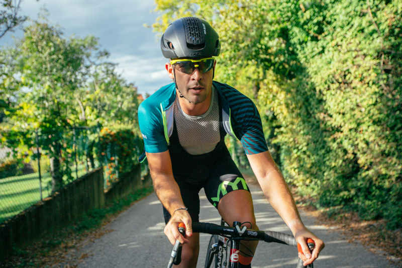 Cycling sunglasses with mirror lenses for road cycling
