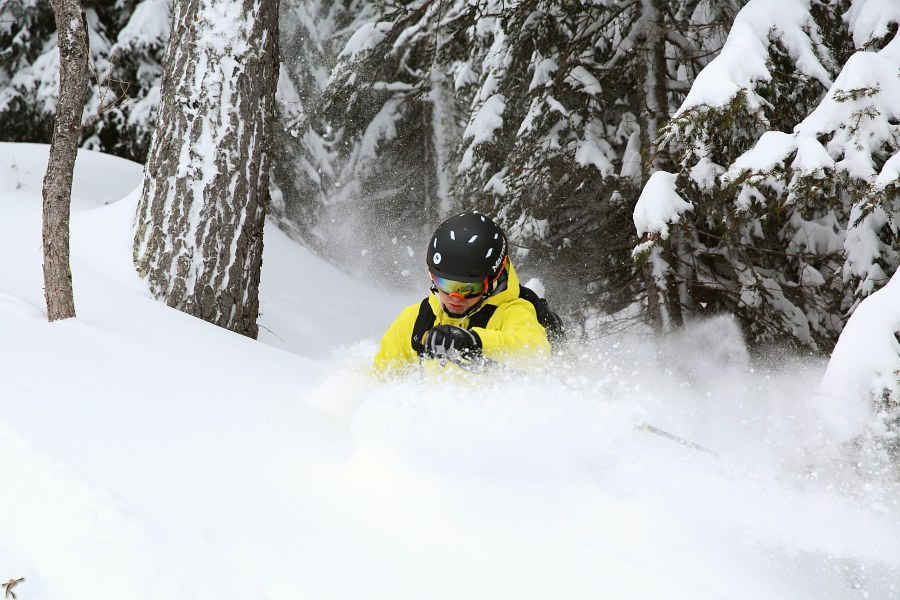 Ski goggles with orange lens for freeride skiing
